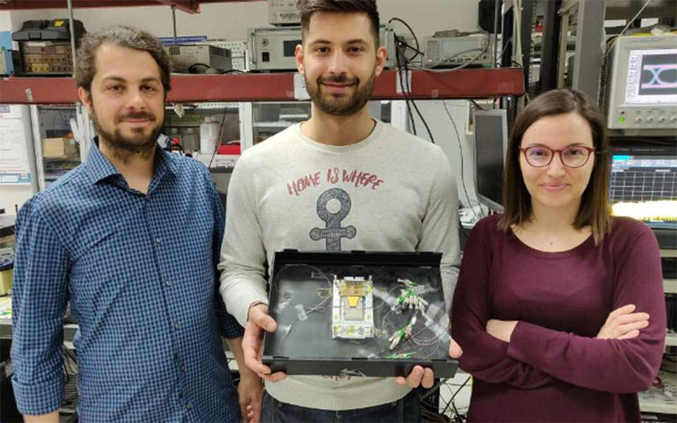 Members of the Wireless and Photonic Systems and Networks (WinPhoS) research group of the Aristotle University of Thessaloniki  with their recent creation - the world's fastest optical RAM. [Image by Kathimerini via Ellines.com]