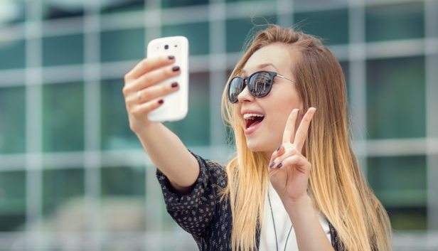 Peace sign selfies could let hackers steal your fingerprints